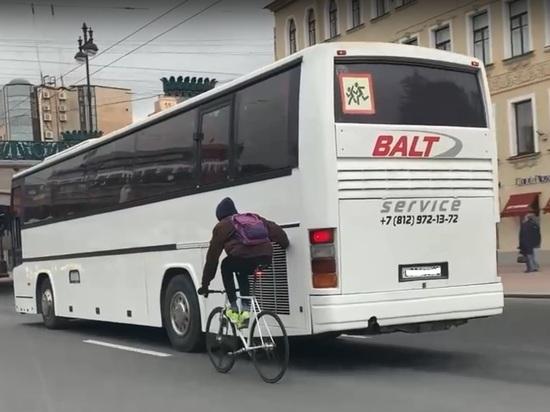 Юный велосипедист показал чудеса ловкости, прицепившись к автобусу