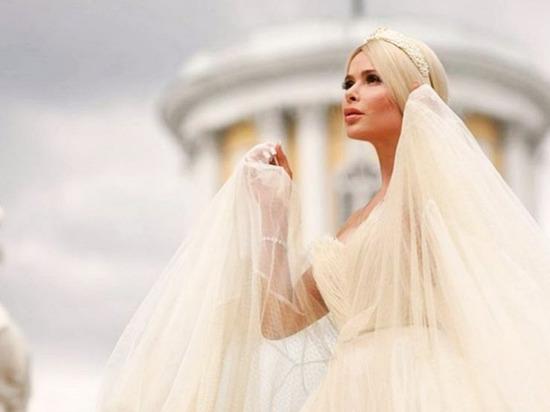 Над дочкой певицы Алены Кравец поиздевались в общественном туалете