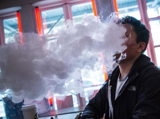 Более 100 тысяч курильщиков Петербурга перешли на электронные сигареты