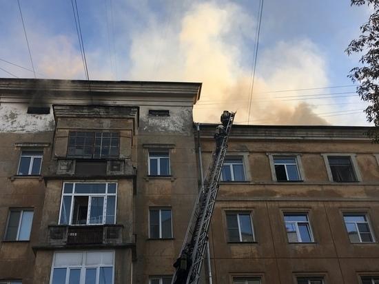 В пятиэтажке на улице Советской потушили крышу только спустя три часа