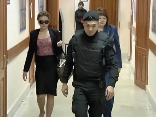 По делу об изнасиловании дознавательницы в суде допросили ее отца