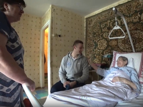 Нападающий хоккейной «Сибири» побывал на 101 дне рождения болельщицы
