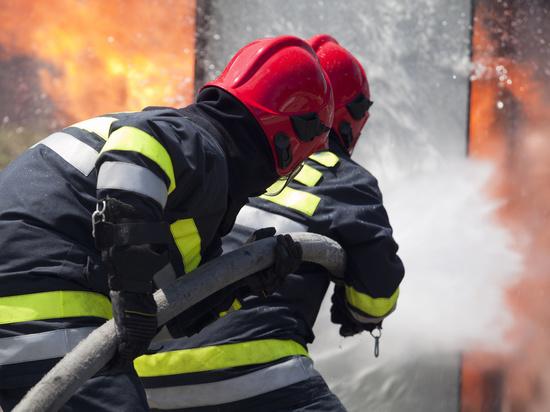 В ночном пожаре в Иванове загорелся подъезд дома