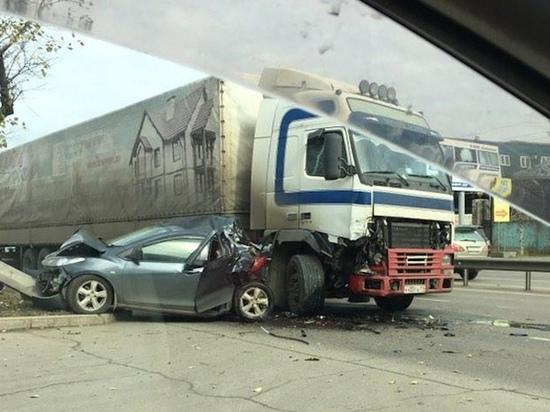 Большегруз смял Mazda в Иркутске