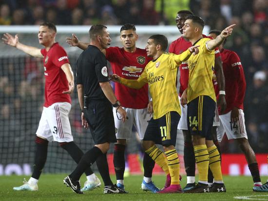 «Манчестер Юнайтед» и «Арсенал» сыграли вничью с судейским скандалом