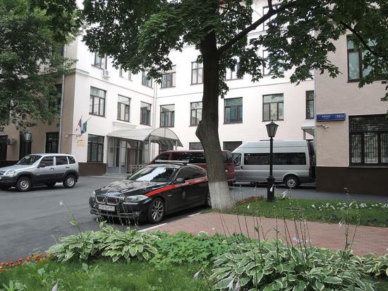 Неизвестный ударил ножом следователя у входа в главное здание СКР