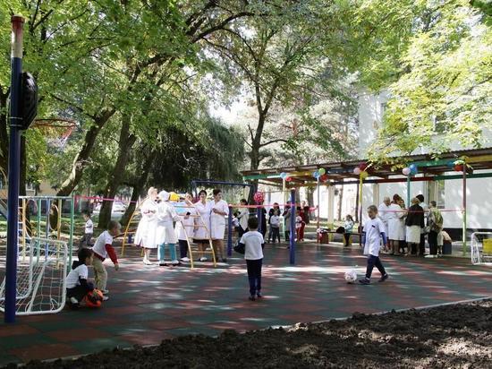Депутат Госдумы Бифов помог открыть детскую площадку у тубдиспансера в Нальчике
