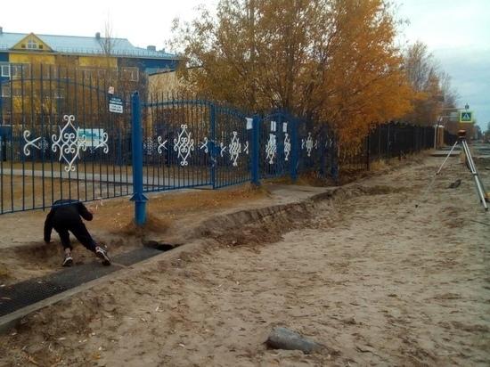 Дети под забором: глава Муравленко объяснил причину закрытых ворот стадиона. Фото