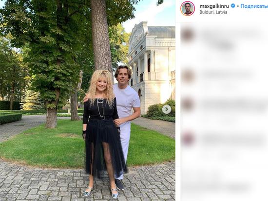 Галкин выложил фото игривой Пугачевой в эротичном платье