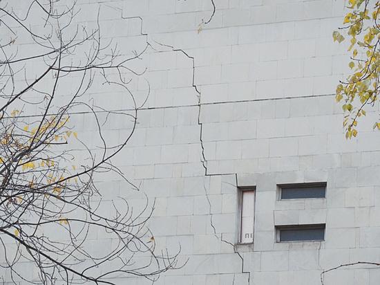 Трещина на стене «Сатирикона» оказалась безопасной