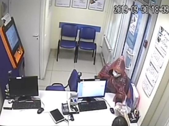 В Новосибирске ищут хромого грабителя офиса микрозаймов