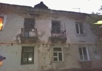 В Барнауле три семьи живут в доме без отопления и с рухнувшей крышей