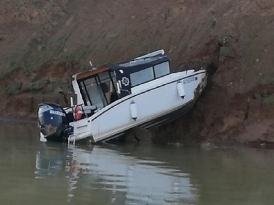 Катер врезался в берег на Иркутском водохранилище