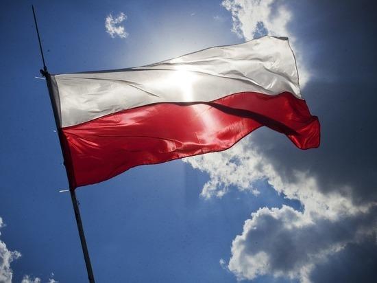 Поляки заставили украинца съесть бандеровский флаг и говорить по-русски