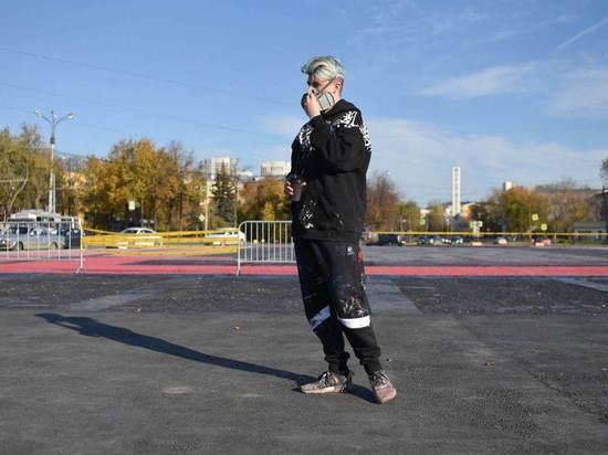 Покрас Лампас переделывает свою работу на площади в Екатеринбурге