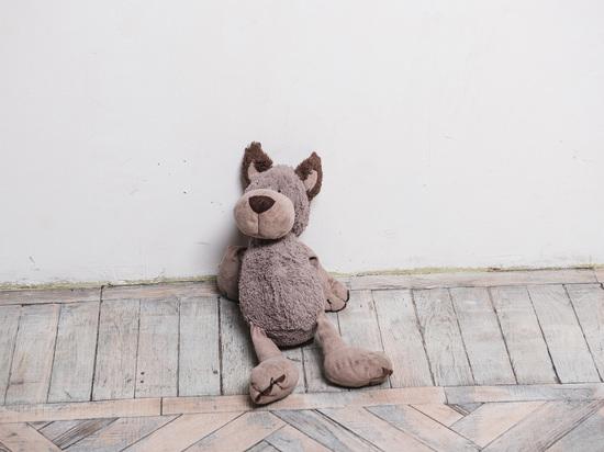 В Астрахани маленький ребенок упал из окна многоэтажки