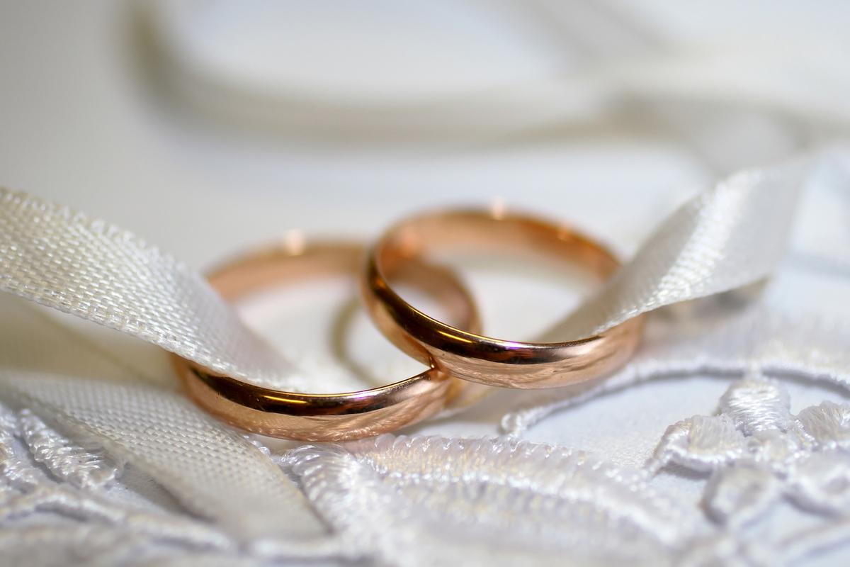 стоит коленях, картинка с месяцем брака скалой, которой