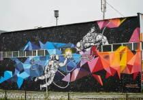 В Муравленко художница создала «космос» на стене здания