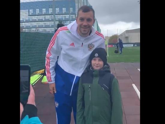 Школьник из Сосновоборска побывал на тренировке сборной России и сфотографировался с Артемом Дзюбой