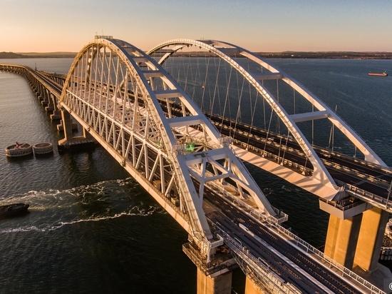 Грузовые поезда пойдут по Крымскому мосту на полгода позже запланированного