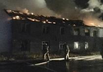 В Новом Уренгое ночью сгорел расселенный дом