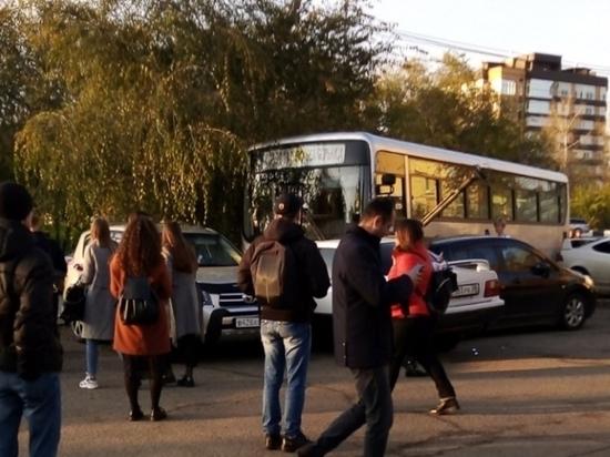 Водителю автобуса стало плохо за рулём в Иркутске