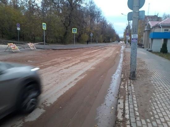 В центре Ижевска из-за прорыва водопровода провалился асфальт на автодороге