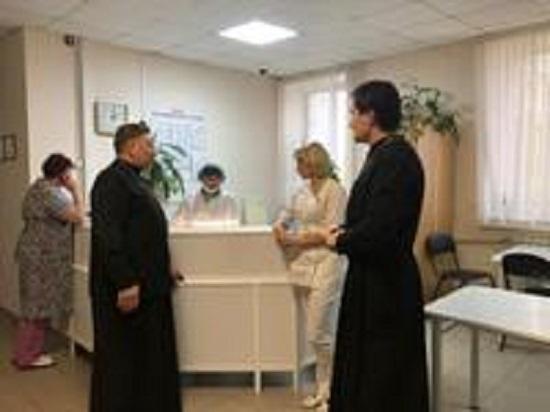 Священники навестили попавших в ДТП туристов в Починковской ЦРБ