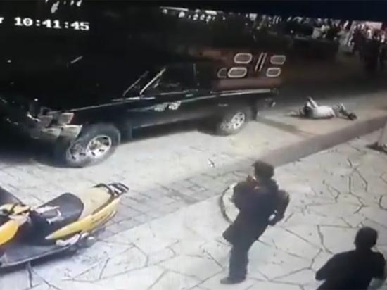Чиновника привязали к машине и прокатили по городу за невыполненное обещание