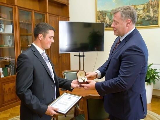 В Астраханской области наградили врача, который спас жизнь молодым парням