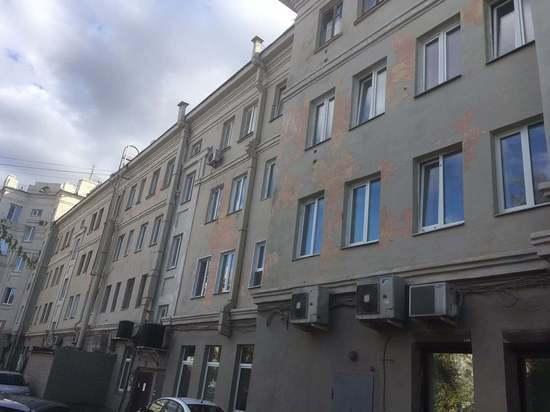 Общественник показал облупившийся фасад дома, который покрасили к Универсиаде