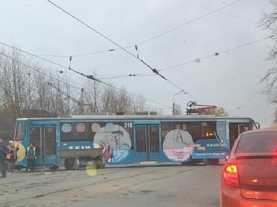 Сошедший с рельсов трамвай протаранил машину в Нижнем Тагиле