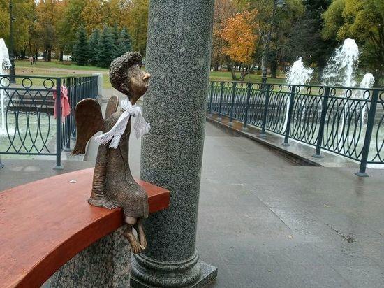 Кудрявый ангел вернулся в Любашинский сад и получил в подарок шарф