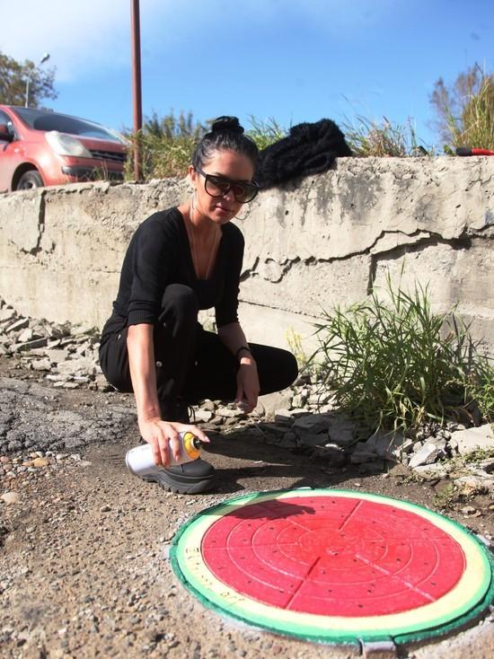 Рыцарь люков: граффитистка разрисовывает крышки колодцев