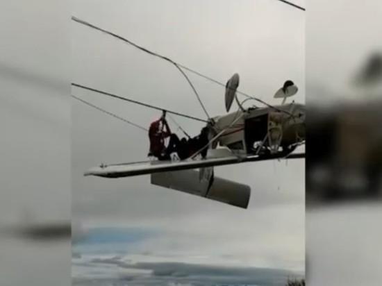 В Альпах самолет запутался в тросах горнолыжного подъемника