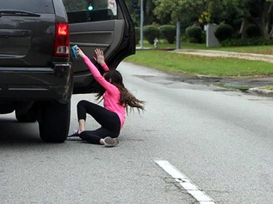 Жительница Хакасии пыталась выйти из машины на ходу и скрыться от закона