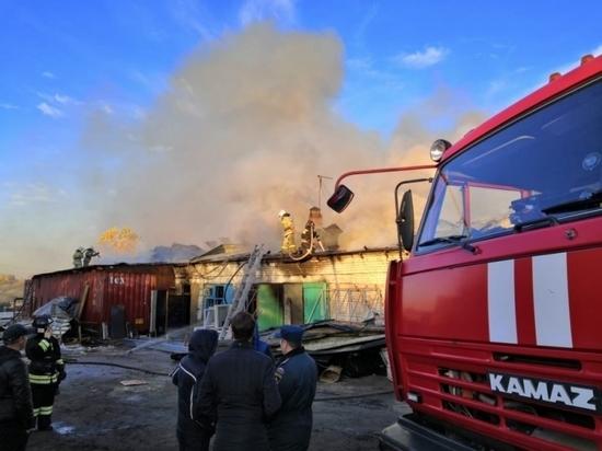 В Новосибирске пожар на складе ликвидировали при помощи катера