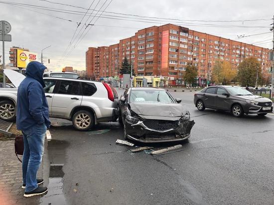 Внедорожник едва не отлетел в пешеходов на Красноармейском проспекте в Туле