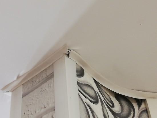 Морщины и трещины: жительницу Ноябрьска ужаснул монтаж потолка