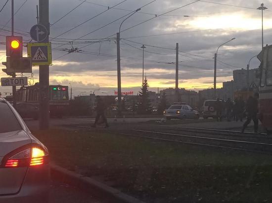 Трамвай сбил мужчину на Кронштадтской площади в Петербурге