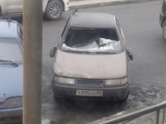 В Лабытнанги неизвестные разгромили припаркованное авто