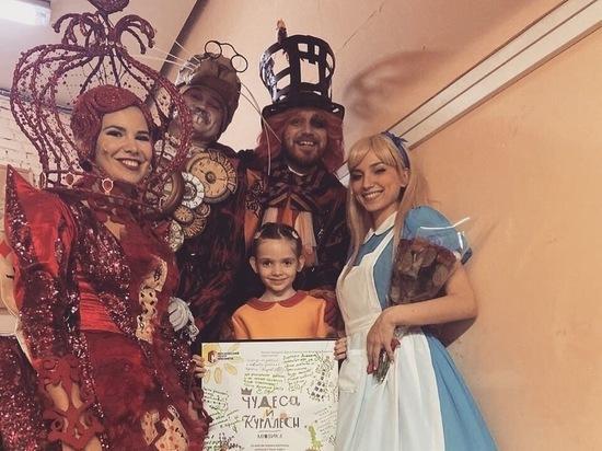 Швыдкой наградил девочку, нарисовавшую афишу к спектаклю по Льюису Кэрроллу