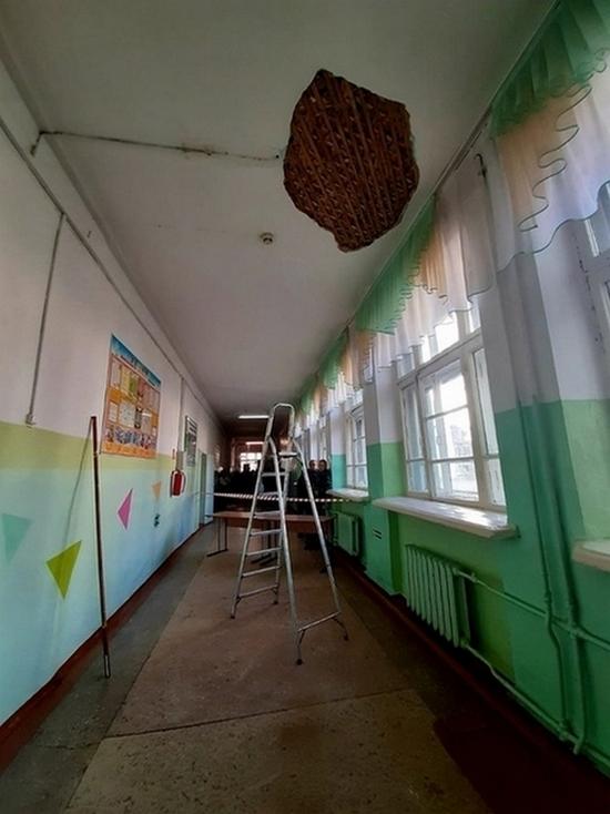В построенной более 80 лет назад школе Биробиджана обвалилась штукатурка