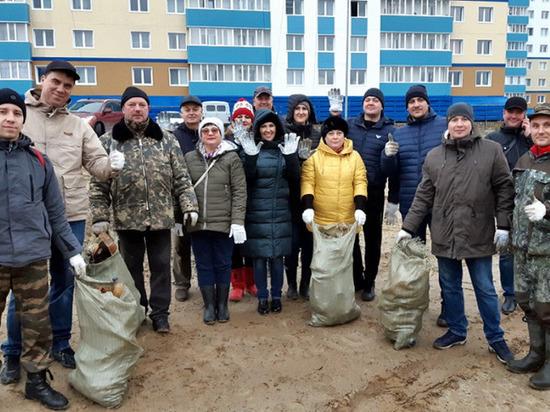 В Салехарде добровольцы собрали 72 мешка мусора с берега реки