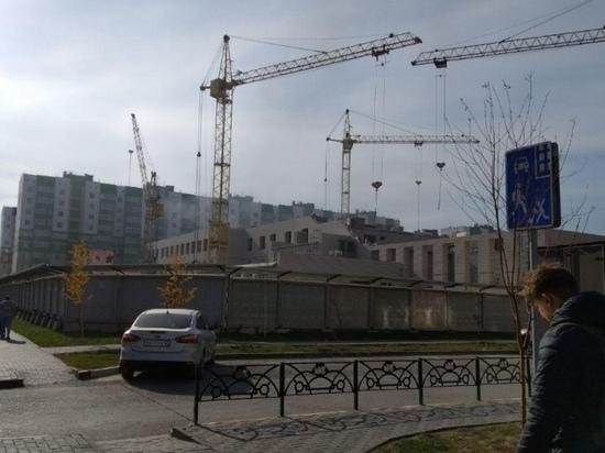 Недостроенный объект загорелся в Барнауле