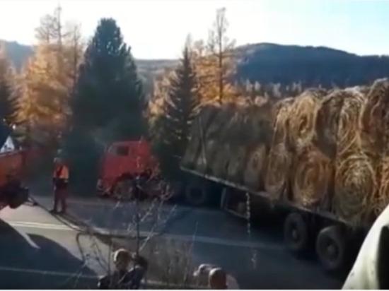 Видео: КамАЗ, нагруженный сеном, остановил движение на Семинском перевале