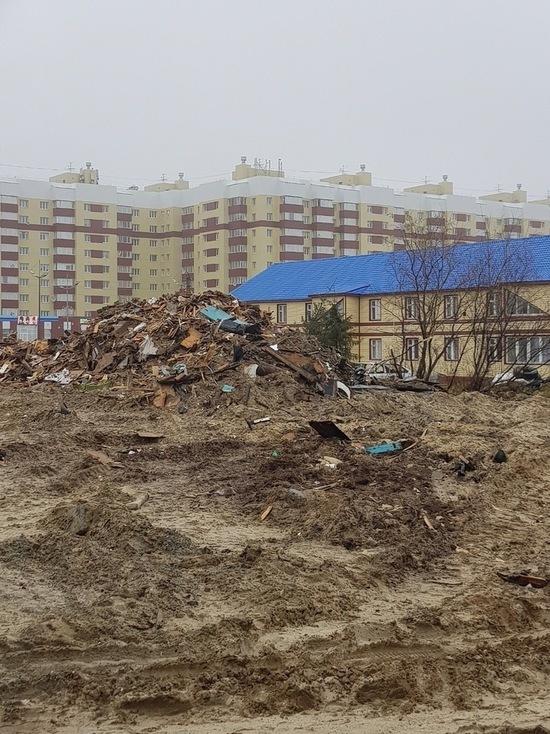 Огромная свалка осталась в Новом Уренгое после сноса дома