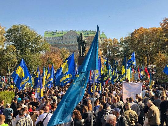 Националисты идут маршем по центру Киева