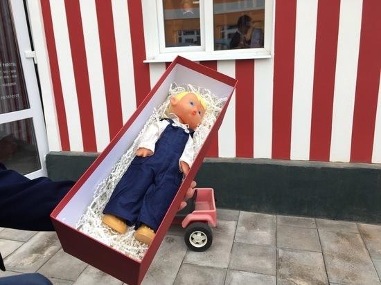 Тульский губернатор подарил музею советской игрушки куклу Сморгона