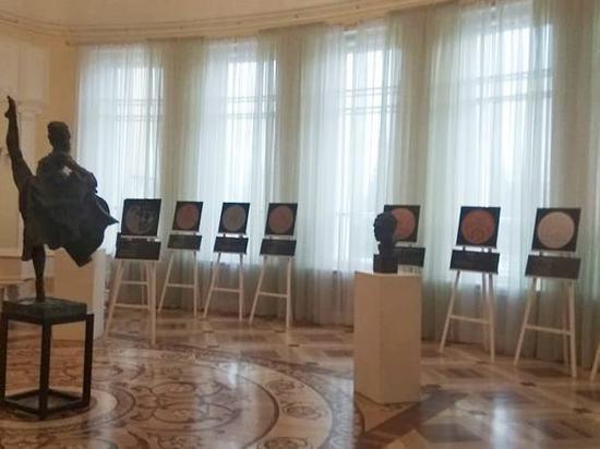 В Волковском театре открылась выставка монет театральной тематики